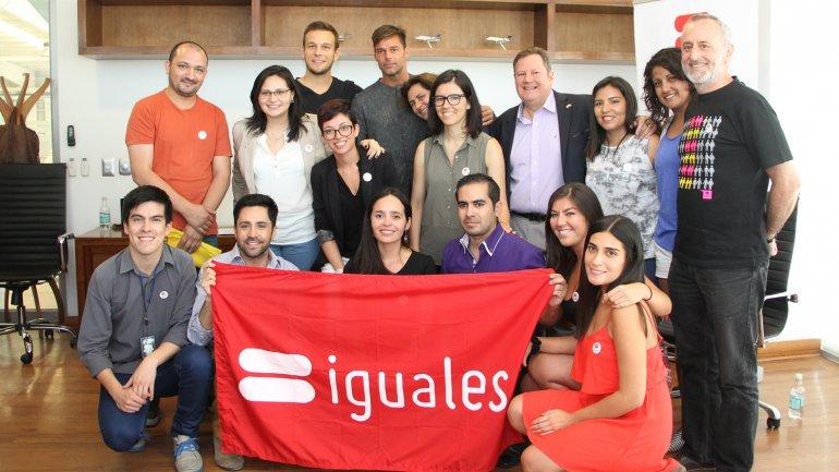 Ricky Martin junto a los representantes de la Fundación Iguales