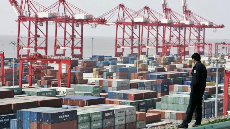 Las importacioneschinas también cayeron en febrero el 13,8%, su 16.ª contracción mensualconsecutiva, totalizando 93.600 millones de dólares