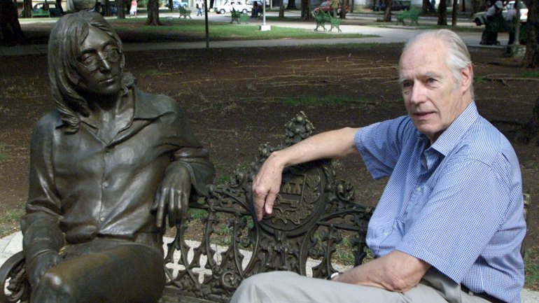 George Martin junto a una estatua de John Lennon
