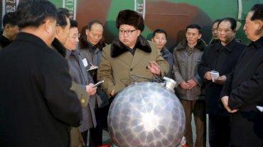 Kim Jong-un con la supuesta parte clave de una ojiva nuclear