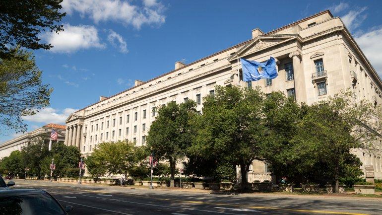 El Departamento de Justicia de Estados Unidos le reclama a Apple que cumpla con la orden judicial