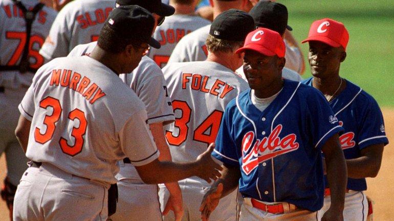 Jugadores de los Orioles de Baltimore saludan a la selección cubana de béisbol tras disputar un partido amistoso en La Habana, en 1999. El equipo de los EEUU había obtenido un permiso especial del gobierno de Bill Clinton para viajar a la isla
