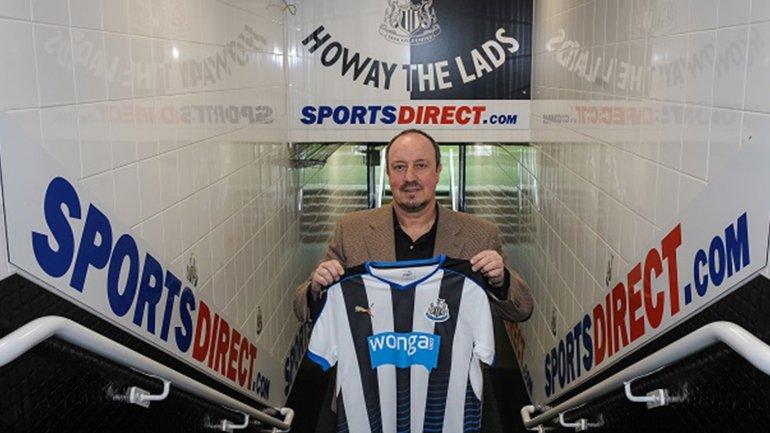 Rafa Benítez ya posó con la camiseta del Newcastle en St. James Park