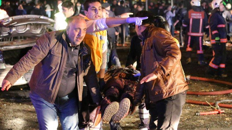 Voluntarios turcos socorren a una víctima del último atentado en Ankara