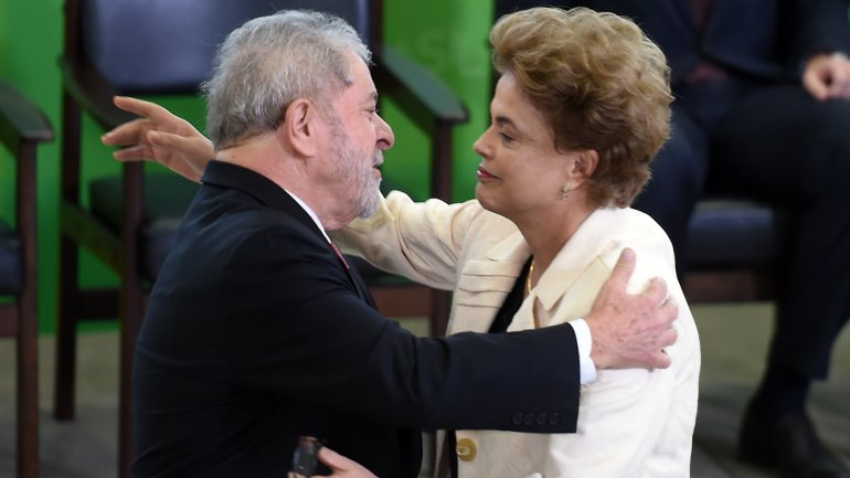La presidente Dilma Rousseff abraza a Lula da Silva, quien acaba de firmar como nuevo jefe de la Casa Civil, un cargo equivalente al de primer ministro