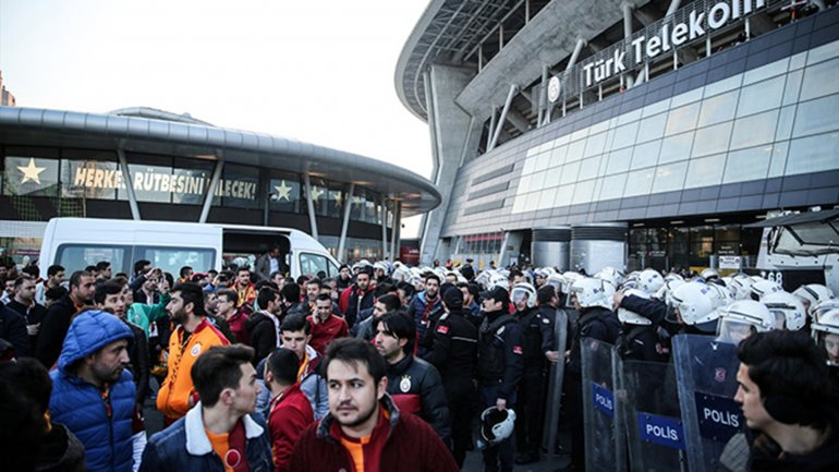 ElTürk TelekomArena tuvo que ser evacuado y hubo tensión con los aficionados que intentaban ingresar