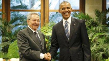 El apretón de manos entre Raúl Castro y Barack Obama en La Habana