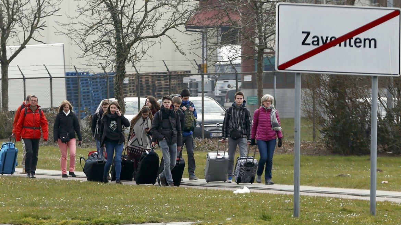 Jóvenes abandonan el aeropuerto