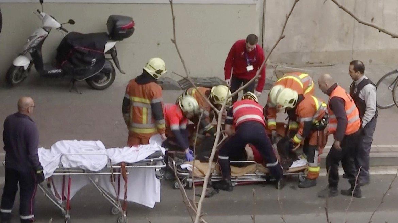Rescatistas y médicos asisten a los heridos