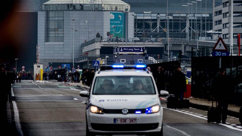 En el aeropuerto: la primera explosión sucedió cerca del sector para retirar equipaje y la segunda en un local de café Starbucks en el interior