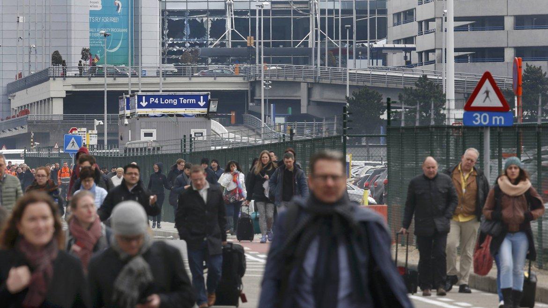 Pasajeros evacuan el aeropuerto, los vidrios rotos muestran la magnitud de la explosión