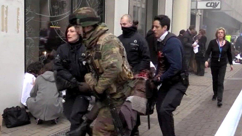 Policía y Ejército llevan a un herido de gravedad. Ambas fuerzas trabajan en conjunto para asegurar la zona y dar asistencia a las victimas.