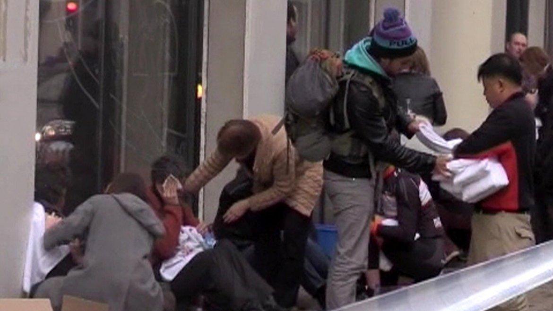 Los pasajeros se ayudan entre sí tras los ataques terroristas