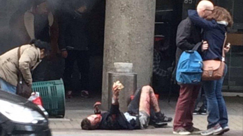 Un hombre herido pide ayuda desesperada en el acceso al subterráneo