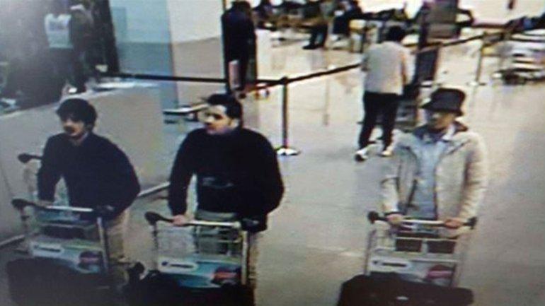 Las cámaras de seguridad del aeropuerto de Zaventem registraron a dos hombres vestidos de negro con las manos enguantadas. La policía cree que así ocultaron el detonador de sus chalecos explosivos