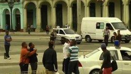 El momento de la detención de Yasser luego de gritar abajo los Castro ante una cámara de televisión