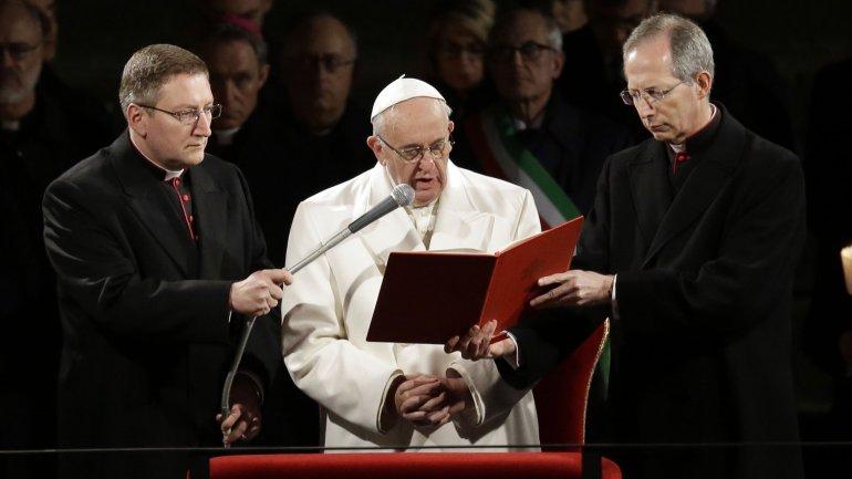 El papa Francisco dedicó a los refugiados el Vía Crucis en el Coliseo de Roma