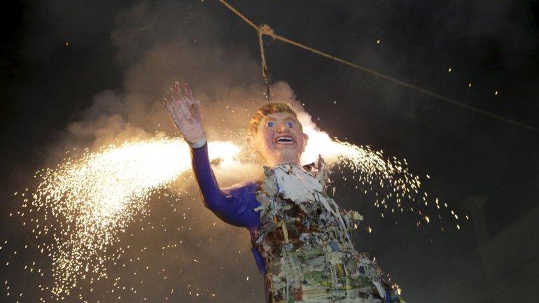 Mexicanos prendieron fuego la efigie de Donald Trump en la Quema de Judas