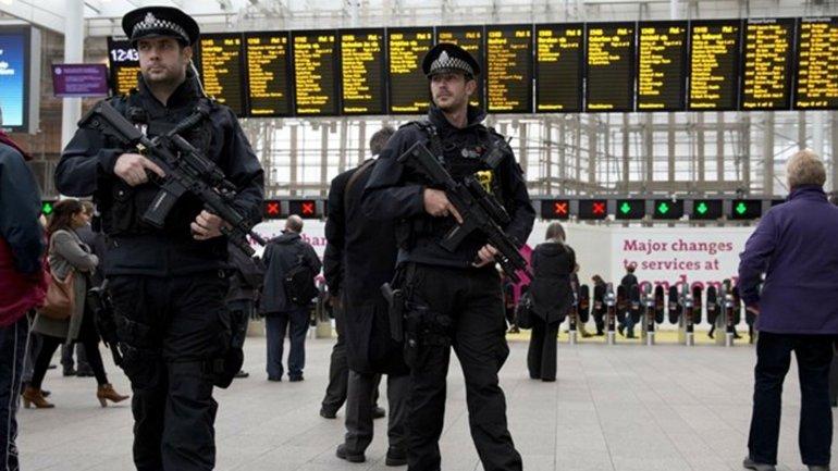 La policía británica refuerza la seguridad en estaciones de trenes y aeropuertos
