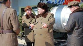 El dictador norcoreano Kim Jong-un habla con oficiales durante una inspección a una zona de  pruebas para motores de cohetes de alto poder