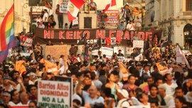 Multitudinaria marcha en Lima contra la candidatura de Keiko Fujimori, en el aniversario del golpe de estado de su padre, Alberto Fujimori
