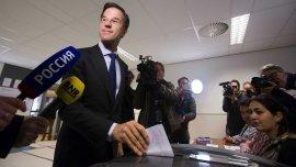 El primer ministro holandés, Mark Rutte, vota en el referéndum sobre la asociación entre la Unión Europea (UE) y Ucrania, en la Haya