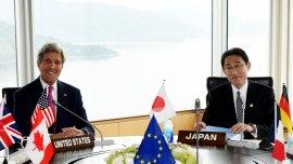John Kerry junto al ministro de Relaciones Exteriores de Japón, Fumio Kishida