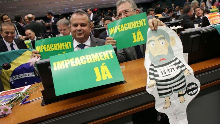 Los bloques opositores llevaron a la comisión especial carteles con la inscripción: Impeachment ya