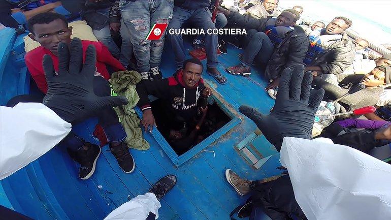 En 25 operaciones, la Guardia Costera italiana logró rescatar a todos con vida. AFP