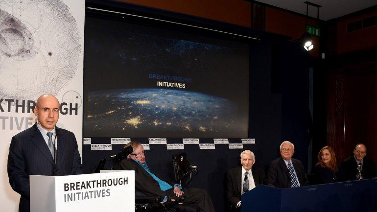 Milner, Hawking y un grupo de importantes cientificos en la presentación del proyecto en Nueva York