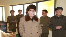 El lìder de Corea del Norte, Kim Jong Un, inspecciona el desarrollo de un nuevo misil nuclear intercontinental