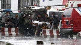 Varias personas trasladan a un herido tras un atentado con bomba cerca del Ministerio de Defensa en Kabul