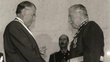 Patricio Aylwin Azócar junto a Augusto Pinochet, durante la ceremonia de transmisión de mando, 11 de marzo de 1990