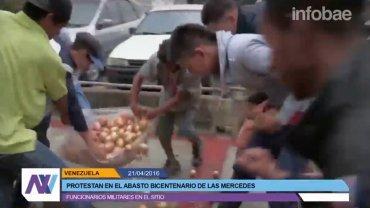 El momento en el que un grupo de venezolanos pelea por comida