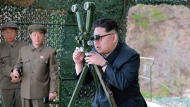 El líder norcoreano Kim Jong-un durante una prueba de armas