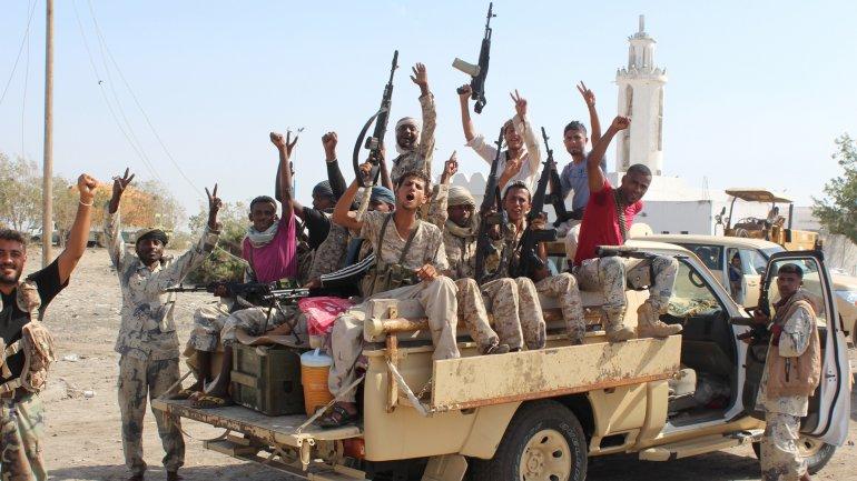 Fuerzas de Yemen, apoyados por la coalición árabe, muestran sus armas en camino a la operación para enfrentar a los terroristas de Al Qaeda