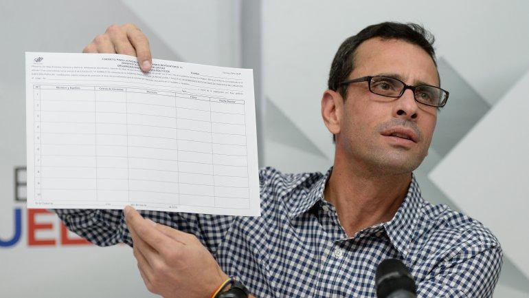 El líder opositor Henrique Capriles anunció el cambio de la marcha programada por el miércoles por una jornada de recolección de firmas