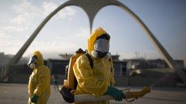 Trabajadores de la salud lanzan insecticida en el Sambódromo de Río en preparación para los Juegos