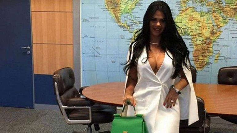 Milena Santos en el despacho oficial de Alessandro Teixeira, flamante ministro de Turismo de Brasil. Las fotos causaron indignación en el público brasileño.