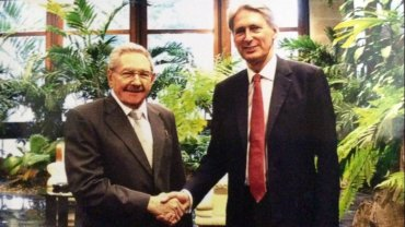 Raúl Castro junto aPhilip Hammond