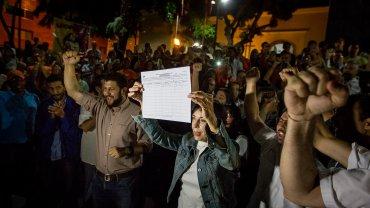 Leopoldo López logró firmar la planilla del revocatorio