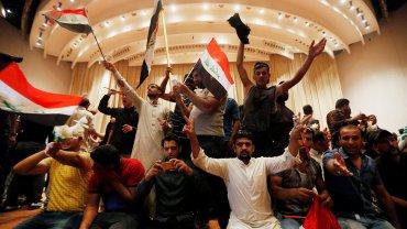 Los manifestantes dentro del parlamento en Bagdad