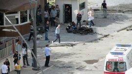 La policía examina los restos del auto que estalló y mató a un oficial e hirió 13 personas muy cerca de la frontera con Siria