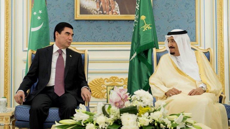 El rey Salman Abdulaziz y el jefe de Estado de Turkmenistán, Gurbanguly Berdimuhamedow, en la cumbre que concluyó este lunes en Riad