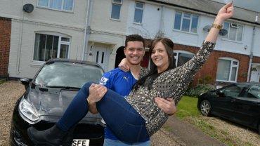 Levi Taylor, hincha del Leicester City, junto a su novia