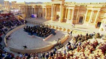 El director de orquesta Valery Gergiev ofreció un concierto en las milenarias ruinas