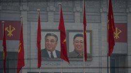 En el frente del Palacio 25 de abril figuraban los retratos Kim Il-sung y Kim Jong-il, abuelo y padre del actual mandatario