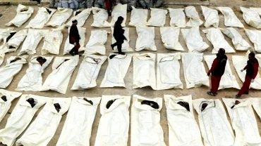 Trabajadores cuentan los cadáveres de soldados fallecidos durante la batalla por la ciudad