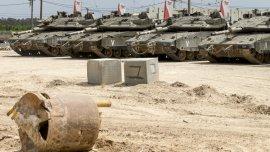 Tanques israelíes estacinados en la frontera entre Israel y la Franja de Gaza