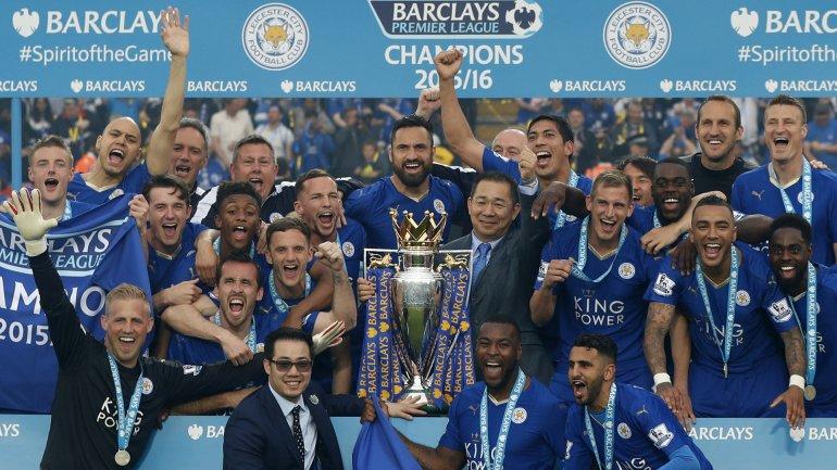 Vichai Srivaddhanaprabha, dueño del Leicester, en la celebración con sus jugadores